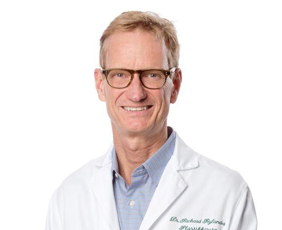 Dr. Richard Rylander är Plastikkirurg och dubbelspecialist i plastikkirurgi och Öron- Näsa och Hals sjukdomar