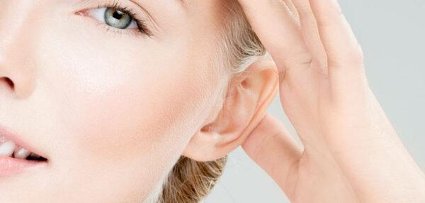 öronplastik ung kvinna på conturkliniken