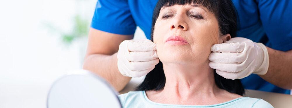 äldre kvinna inför ansiktsbehandling