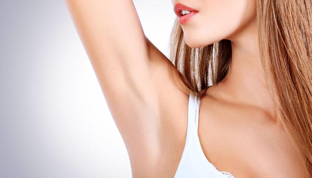 svett i armhåla hos kvinna där behandling ska ske med botox