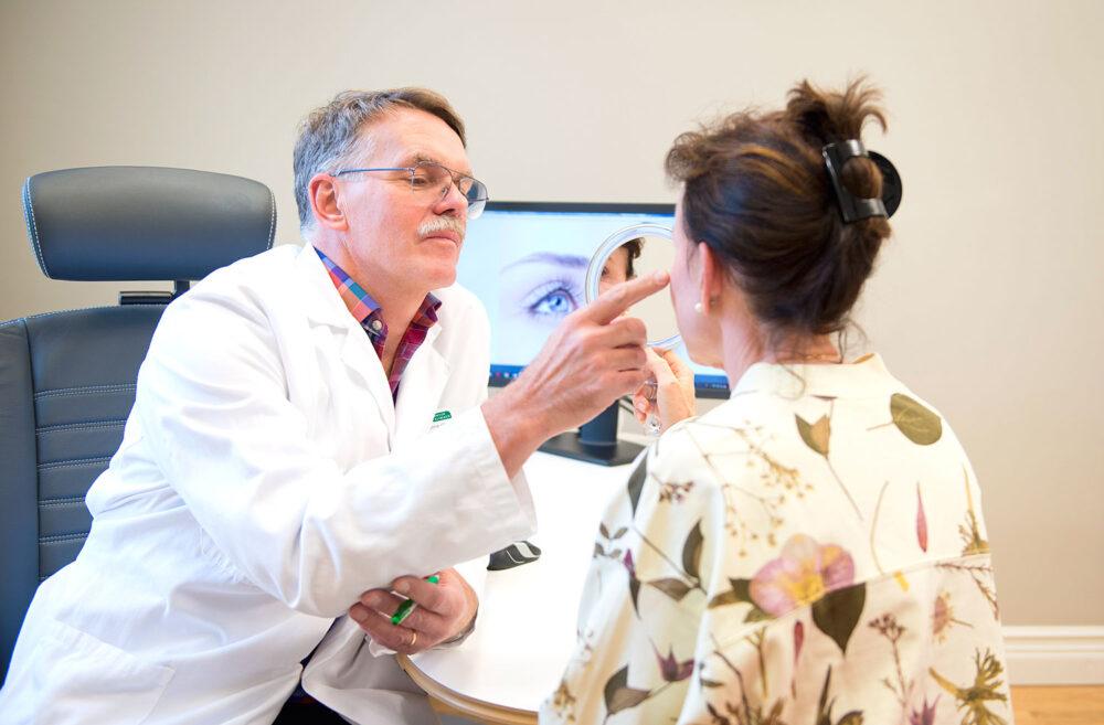Dr. Gunnar Göransson med patient