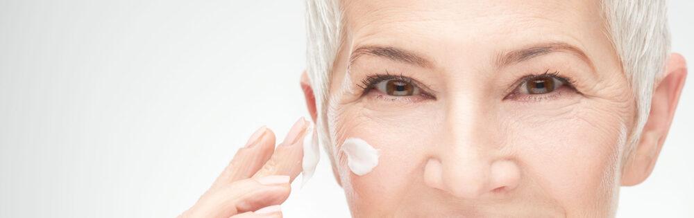 hudvård anpassad för äldre kvinna